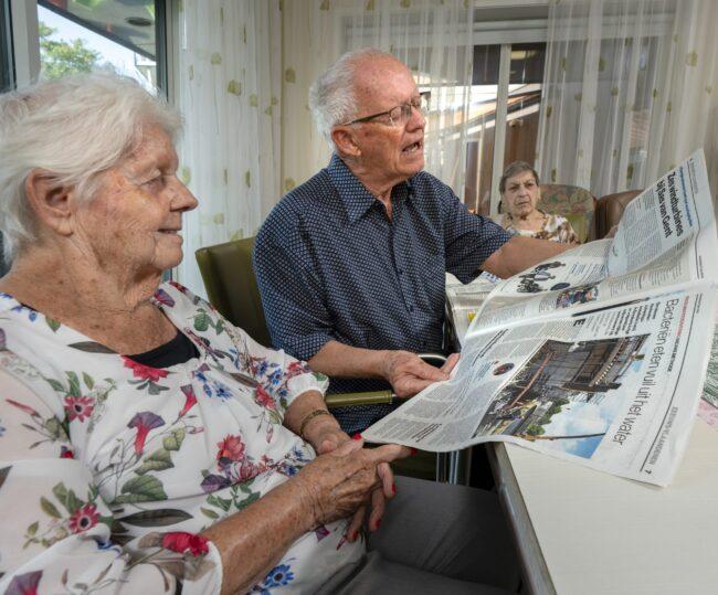 Cliënten lezen de krant