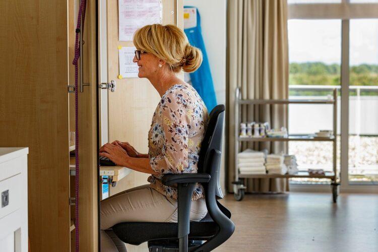 SVRZ Poelwijck medewerker achter computer