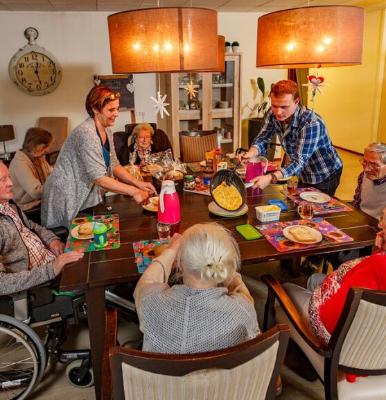 Bewoners aan tafel SVRZ Tulpstraat