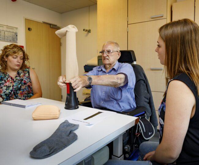 Ergotherapie steunkousen aantrekken
