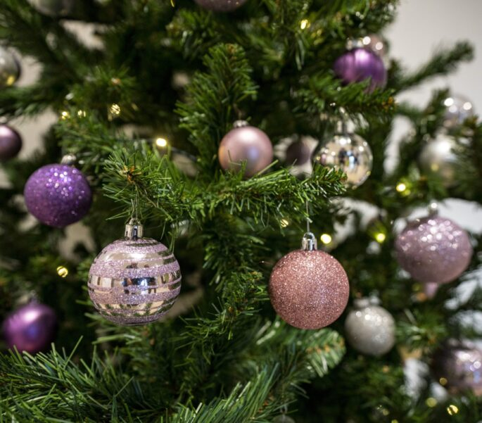 Kerstballen in kerstboom