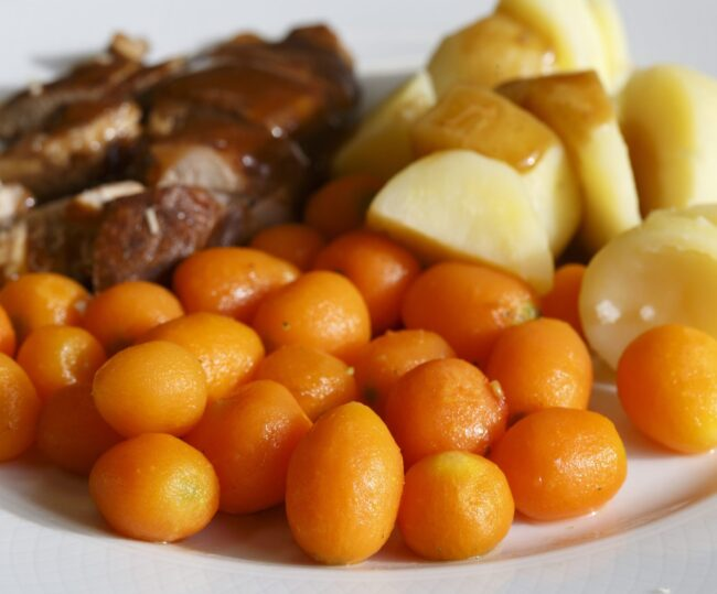 Bereide maaltijd met aardappels, wortel en vlees