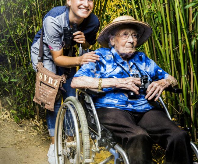 Werken bij SVRZ medewerker en client in rolstoel