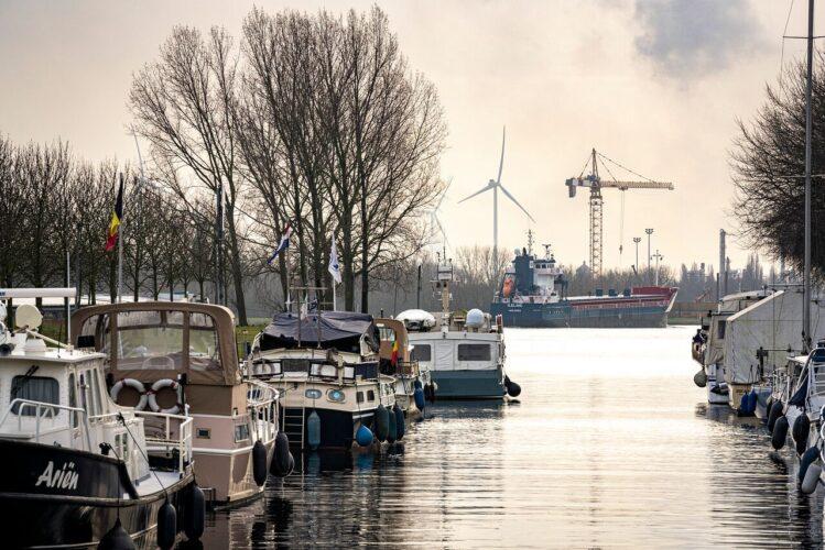 Sas Van Gent haven en vrachtschip SVRZ