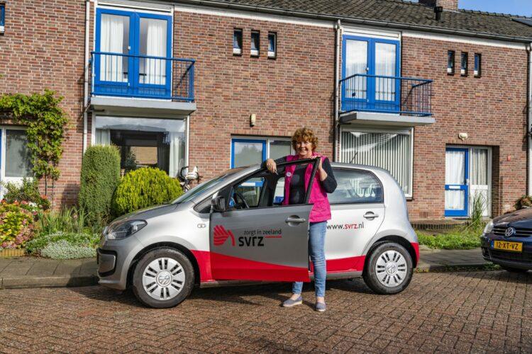 Medewerker en auto SVRZ ZorgThuis