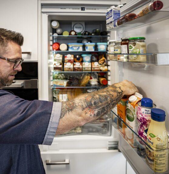Medewerker bij koelkast