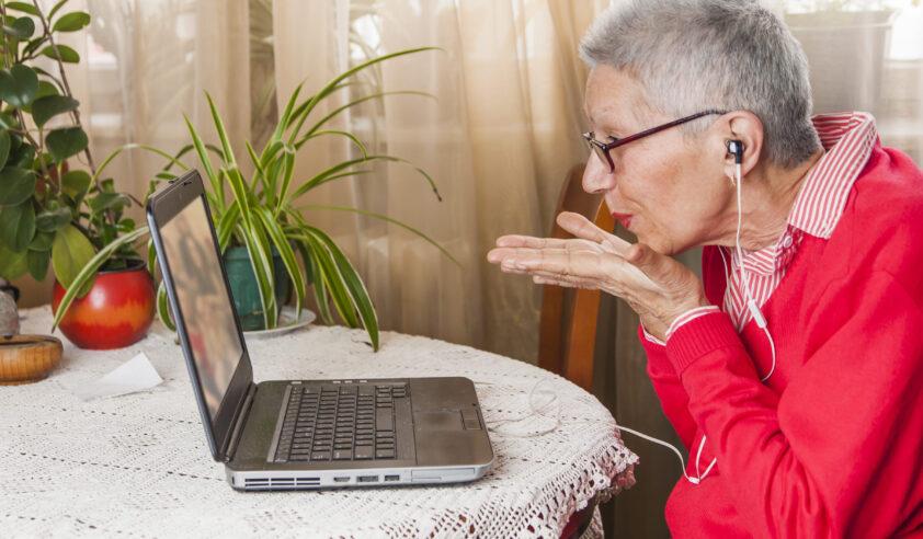 Client Skypt achter laptop bij SVRZ