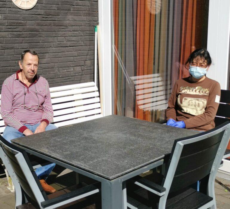 Peter Stoker aan tafel met Li Feng