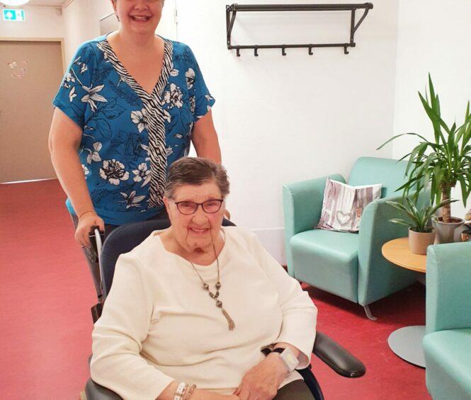 Ulrike van den Berge met cliënt in rolstoel